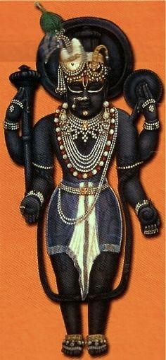 Sri Dwarikadhish. shir mukut pichh mayur shobita abharan mukh bansuri, shrikant sorathpranth sagar shant tatha dwarkapuri, sri dwarikadhisham hare, sri dwarikadhisham hare… * The Lord of Dwarika, Sri Krsna, dressed in light summer garments, revealing His divine shree-ang to His bhaktos.