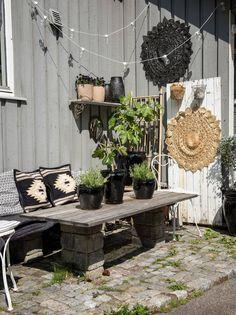 Kristin Østebø bor på en av Venneslas høyeste topper. Akkurat det er det mange fordeler med, og noen ulemper.