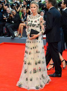 Laura Bailey con un romántico vestido de flores de Valentino Pre-fall 2015.
