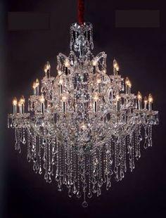 Si buscas alguna lámpara de cristal, grande, para techos altos o huecos de escalera, también te la podemos ofrecer. No las tenemos en stock. Pero sobre catalogo tenemos varios modelos. El ejemplo de la foto tiene 33 luces y es de cristal Asfour (135 cms de ancho *164 cms de alto)