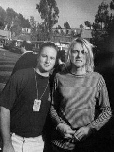 """Kurt and a fan "" Nirvana Songs, Nirvana Shirt, Nirvana Kurt Cobain, Kurt And Courtney, Find My Friends, Donald Cobain, Dave Grohl, Foo Fighters, Most Beautiful Man"