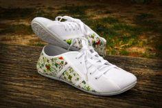 Zapatillas decoradas con motivo de tréboles y mariquitas.