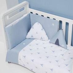 Textil y ropa de cuna Alondra celeste con detalles infantiles para niños Toddler Bed, Alondra, Color Celeste, Baby, Color Azul, Furniture, Home Decor, Beds For Girls, Kids Rooms