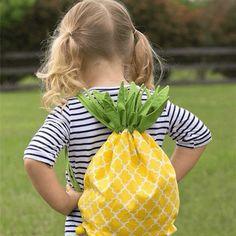 Hola a todos. Hoy en Telas Divinas vamos a aprender a hacer una mochila de piña para los niños. Dentro de poco va a llegar el veranito, y nos va a venir muy bien hacer una mochila así de mona, para que nuestros peques lleven sus cosas a la piscina, a la playa, al pueblo…...