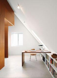 Unterm Dach liegt die Arbeits- und Schlafebene Attic Renovation, Attic Remodel, Home Office Design, House Design, Design Design, Loft Conversion Bedroom, Bungalow Bedroom, Attic Bedrooms, Attic Bedroom Storage