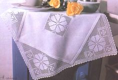 crochet em revista: Toalhinha Filet Crochet, Knit Crochet, Crochet Tablecloth, Lace Doilies, Crochet Home, Baby Bibs, Table Runners, Projects To Try, Knitting