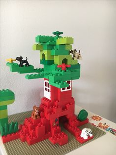 Here you see a tree house made of LEGO® Duplo, which we like from BRICKaddict. - Here you can see a tree house made of LEGO® Duplo, made by us BRICKaddict. Legos, Lego Duplo Town, Construction Lego, Diy And Crafts, Crafts For Kids, Lego Challenge, Lego Club, Lego For Kids, Lego Worlds