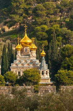 Russian Orthodox Church of Maria Magdelene, Mount of Olives, viewed through arches of the Dome of the Rock on the Temple Mount, Jerusalem, Israel.