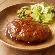 ひよこ食堂店主、ひよこです。 今回は、照り焼きポークハンバーグのご紹介。 うま味たっぷり 豚ひき肉 を使って、 甘辛照り焼きソース でいただきます。 お外で食べるような 大きなハンバーグが魅力的 ... Home Recipes, Asian Recipes, Cooking Recipes, Ethnic Recipes, Japanese House, Japanese Food, Junk Food, Meatloaf, Baked Potato