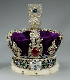 """""""Imperial State Crown"""", da coroação de Elizabeth 2 - ela estará exposta no Buckingham Palace, mas ganhou versões na Harrods"""