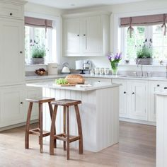 weiße-kleine-küche-einrichten-hölzerne-barhocker