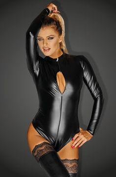 Body erotyczne z wetlooku F134 Noir Handmade Ciało w tym kombinezonie wygląda s