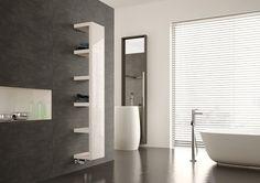 """Heizkörper """"Quadraqua"""" von Bemm wärmt das Badezimmer und bietet Platz für Handtücher und Accessoires."""