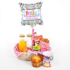 Un desayuno sorpresa para celebrar un cumpleaños!!! Un excelente regalo para empezar el día. #desayunossorpresa #desayunossorpresamedellin #breafastinabasket #regalodecumpleaños #regaloespecial Ideas Para Fiestas, Deli, Washi, Hamper, Catering, Waffles, Lunch Box, Coconut, Basket