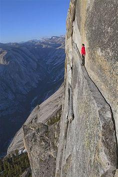 Imagen: Alex Honnold revive su ascenso sin cuerda de menos de 762 metros por la cara noroeste de la Media Cúpula. Su ascenso gradual en estilo libro es el más duro realizado hasta la fecha en Yosemite. (© Jimmy Chin/National Geographic Creative)