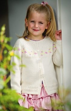 Den fine bomuldstrøje med lille blomsterranke på bærestykket vil vist falde i de fleste små pigers smag