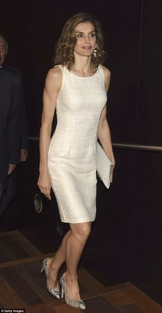 Yesterday Queen Letizia displayed her thin arms and slender physique in a figure-hugging dress at an awards ceremony in Madrid on Tuesday Princess Letizia, Queen Letizia, Pink Prom Dresses, Casual Dresses, Jw Moda, Thin Arms, Style Royal, Laetitia, Little White Dresses