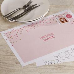Roze placemat met confetti en fotokader   Tadaaz #communie #lentefeest #placemat #foto #confetti #roze www.tadaaz.be