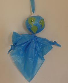 Wereldbol poppetje van blauwe vuilniszak