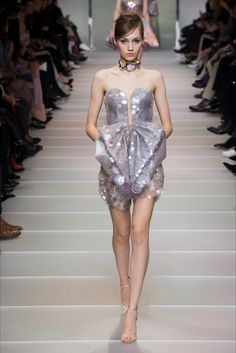 The complete Armani Privé Spring 2018 Couture fashion show now on Vogue Runway. Women's Runway Fashion, Vogue Fashion, Fashion 2018, Fashion Week, High Fashion, Fashion Dresses, Armani Prive, Style Haute Couture, Spring Couture