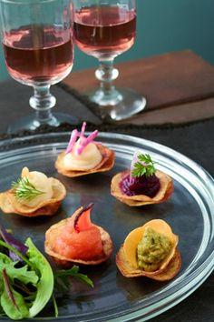 Chips de pommes de terre à la mousseline de carotte - Larousse Cuisine Gourmet Recipes, Appetizer Recipes, Appetizers, Antipasto, Vegetarian Canapes, Tapas, Party Snacks, Fruits And Vegetables, Bon Appetit