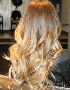 Cheveux longs blond miel
