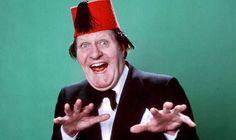 Tommy Cooper, Als een van de bekendste Britse komieken maakte Cooper er een kunst van zijn goocheltrucs op onnavolgbare wijze te laten mislukken. Hoewel hij dus de schijn tegen had, was hij in werkelijkheid een zeer bedreven illusionist. Zijn mislukkingen maakten een onlosmakelijk deel uit van zijn grappen.