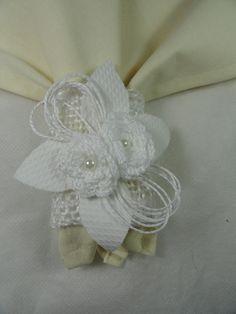 Porta guardanapo confeccionado em juta branca, flores de crochê e pérolas. Pode ser feito em outra cor.