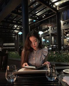 Image may contain: one or more people, people sitting, table and indoor Kpop Girl Groups, Korean Girl Groups, Kpop Girls, Ella Anderson, How To Pose, Ulzzang Girl, New Girl, Me As A Girlfriend, South Korean Girls