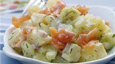 Aardappelsalade met gerookte zalm, selder en kruiden
