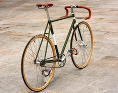 Bike fixed meticulously cared for in every detail, inspired by the bikes that made ​​the legendary cycling, riding the wooden wheels of the heroes of the past, the most beautiful (and famous) of Brooks saddles, handlebar tape and leather straps pedals of the same tone . This is a unique, handcrafted bike. No logo, no stickers … Biascagne style. Dedicated to purists, aestheticians, and romantic heroes.