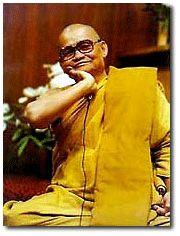 Ajahn Chah  Le Vénérable Ajahn Chah est né le 17 juin 1918 dans un petit village, près de la ville de Ubon Rajathani, dans le Nord-Est de la Thaïlande. Après avoir terminé ses études primaires, il passa trois années dans un monastère, comme novice, avant de retourner à la vie laïque pour aider ses parents à la ferme. A l'âge de vingt ans toutefois, il décida de reprendre la vie monastique et le 26 avril 1939, il reçut l'upasampada (ordination monastique de moine).
