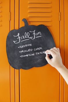 Chalkboard (Plus a Printable Template!) (A Beautiful Mess) Pumpkin Chalkboard (Plus a Printable Template!)Pumpkin Chalkboard (Plus a Printable Template! Fall Crafts For Adults, Easy Fall Crafts, Diy Crafts, Diy Pumpkin, Pumpkin Crafts, Fall Projects, Cool Diy Projects, Chalkboard Template, Thanksgiving Diy