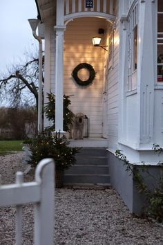 Lilla villa vita: adventsfix home Cottage Front Doors, Cottage Door, Cottage Design, House Design, Doors And Floors, Christmas Front Doors, Cottages And Bungalows, Villa, Porch Garden