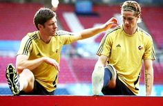 Xabi Alonso always there to lend a hand to Fernando Torres