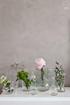 my scandinavian home: Suvi's inspirational Finnish sitting room Ikebana, Vase Transparent, Bouquet Champetre, Duvet Day, Bottle Display, Vintage Stil, Arte Floral, Deco Table, Scandinavian Home