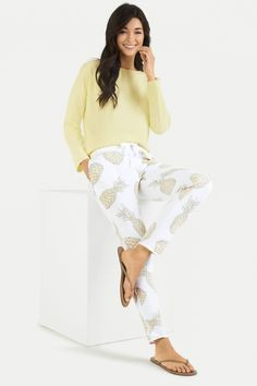 Juvia Damen Jogginghose mit Ananasprint Weiss | SAILERstyle Longsleeve, Slim Fit, Lounge Wear, Shirts, Material, Sweatpants, Products, Pineapple, Ethnic Style