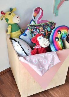 Quartinho com @amomooui projeto da Pro.a Arquitetos que fez uma combinação linda de roupa de cama Bosque Noite com móveis rosas da Maria Joaquina Marcenaria. O look fica completo com pôsters da Mooui e brinquedos da Mimoo Toys and Dolls. #quartodemenina #kidsroom #colorido #flores #delicado #decor #colorful #quartorosa #roupadecamamoderna #quartomoderno