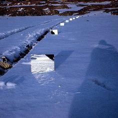 Mirror displacement, Robert Smithson (Nueva Jersey, 2 de enero de 1938 – 20 de julio de 1973) fue un artista contemporáneo del movimiento llamado Land Art. El Land Art tiene como material de su obra la propia tierra, primando más que el resultado artístico los testimonios que de la obra quedan, en fotografía o vídeo.