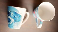 Une technique simple pour obtenir des tasses aux allures d'aquarelles, à l'aide de vernis à ongles et d'eau tiède. Un bricolage pour colorer vos matins!