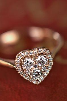 #Ring #Joyce #Handmade #NaturalGemstones #Diamonds #PinkGold #IllusionLine. Priatelia, ako ste oslávili valentínsky víkend? Chutnou večerou, víkendovým pobytom, wellnessom alebo domácou pohodou? Pochváľte sa nám i darčekmi, ktorými vás vaši milovaní zahrnuli. Ak tu zažiarili i naše šperky, napríklad v podobe zásnubných skvostov, naša radosť nepozná hraníc. Sme tu pre vás, s viac ako 20-ročnou tradíciou a odborným renomé, pretože najkrajšie príbehy lásky tvoríte vy sami. Pink And Gold, Heart Ring, Engagement Rings, Diamond, Jewelry, Jewellery Making, Wedding Rings, Jewlery, Jewelery
