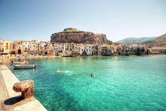 Med spår av förhistoriska, är staden som kallades Κεφαλοίδιον (Kefaloidion) byggt av grekerna i det fjärde århundradet. a. C.. Sedan erövrades staden av Syrakusa och sedan av romarna som ändrade n…