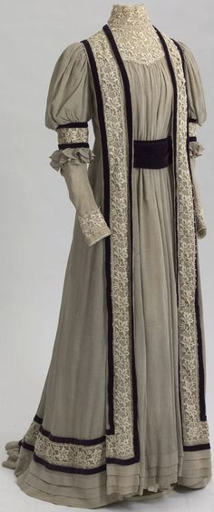 House dress belonging to Dowager Empress Maria Fyodorovna, Russia, 1905-07. Crepe, velvet, guipure. Collection of State Hermitage Museum.