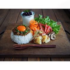 Plating idea - gyudon / arroz a la cubana Japanese Food Sushi, Japanese Dishes, Raw Food Recipes, Asian Recipes, Healthy Recipes, Cafe Food, Food Menu, Food Garnishes, Aesthetic Food