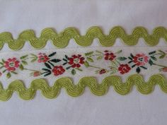 Rick rack embroidery Embroidery Applique, Embroidery Stitches, Embroidery Patterns, Machine Embroidery, Yarn Crafts, Sewing Crafts, Sewing Projects, Couture Bb, Fabric Flower Headbands
