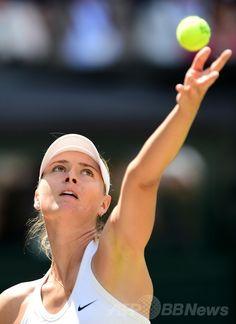 テニス、ウィンブルドン選手権(The Championships Wimbledon 2014)女子シングルス4回戦。サーブトスを上げるマリア・シャラポワ(Maria Sharapova、2014年7月1日撮影)。(c)AFP/CARL COURT ▼2Jul2014AFP|全仏女王シャラポワが4回戦敗退、ウィンブルドン選手権 http://www.afpbb.com/articles/-/3019368?pid=13990231 #Wimbledon_Championships_2014 #2014温网 #Maria_Sharapova