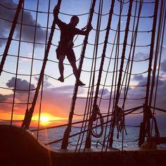 Superbe coucher de soleil ce soir!  Nicholas, notre photographe de film, grimpe sur la plate-forme.  # Eutour2015 #swedishshipgotheborg #Gotheborg # götheborg #sail #rig #sunset