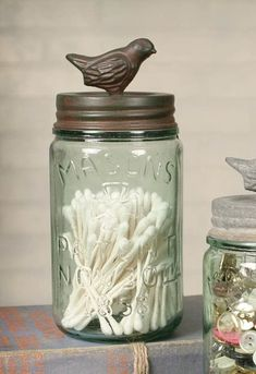 Mason Jar Crafts – How To Chalk Paint Your Mason Jars - Mintain Pot Mason Diy, Mason Jar Crafts, Pickle Jar Crafts, Diy Hanging Shelves, Floating Shelves Diy, Old Wine Bottles, Wine Bottle Crafts, Diy Home Decor Projects, Diy Projects To Try