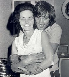 George Best con su madre, Ann.