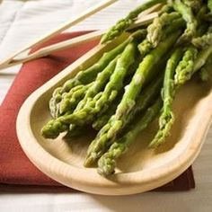 Best steamed asparagus I have ever made-Plus it is so easy. recipe microwave The Best Steamed Asparagus Asparagus Recipe, Fresh Asparagus, Asparagus Spears, Steamed Vegetables, Great Recipes, Favorite Recipes, Healthy Recipes, Gastronomia, Tasty